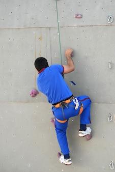 Альпинист на искусственной стене