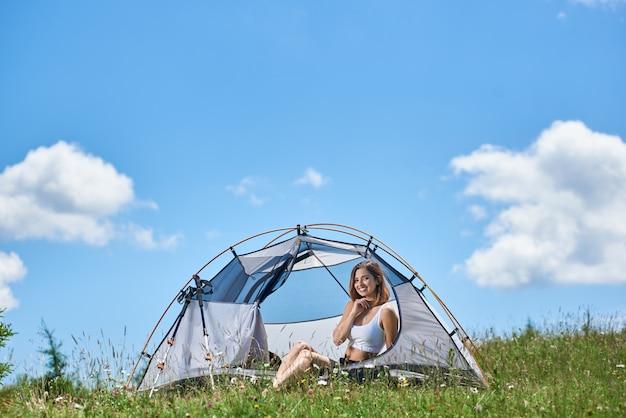 텐트에 앉아 산악인