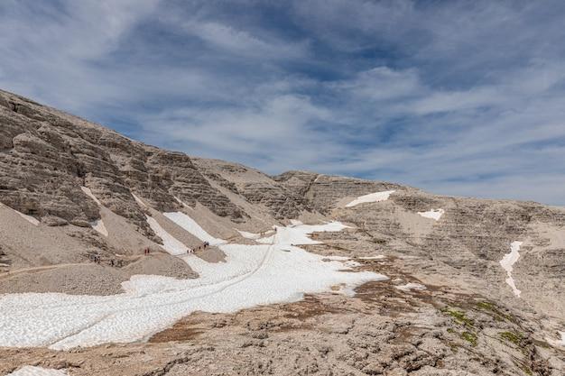 Альпинисты идут по тропе на вершину горы пиз бое.