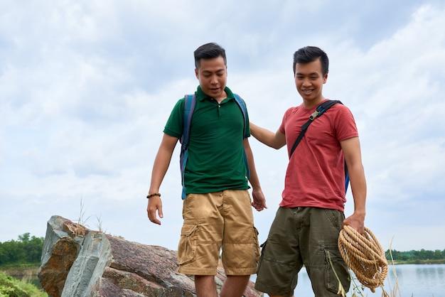 友達をサポートする登山インストラクター
