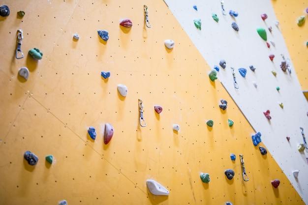 Стена для скалолазания. стена для скалолазания с разноцветными скалами.