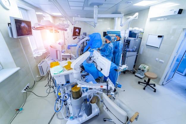 수술대, 램프 및 초현대식 장치, 기술, 하이테크 인테리어, 의학 개념을 운영하는 클리닉 인테리어