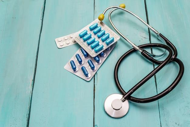 Концепция клинических испытаний, стетоскоп, таблетки