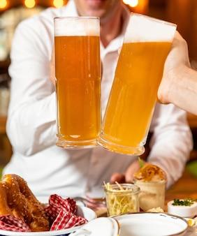 素晴らしくビールジョッキをクローズアップ、テーブルで軽食