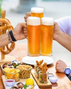 外でビールのジョッキをチリンと鳴らし、テーブルで軽食