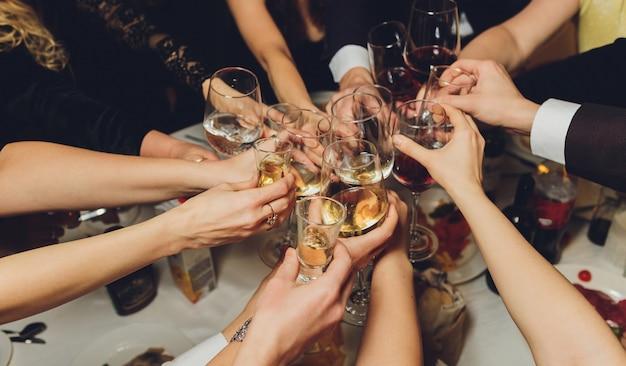 アルコールと乾杯、パーティーで素晴らしく眼鏡。