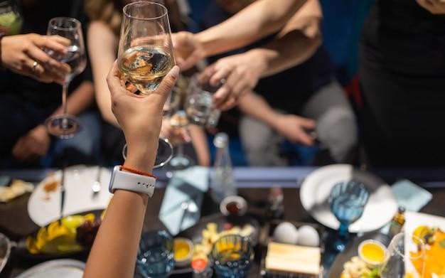 グラスをアルコールでチリンと乾杯、パーティー。