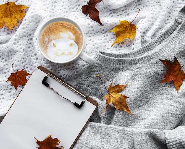 クリップボードとコーヒー