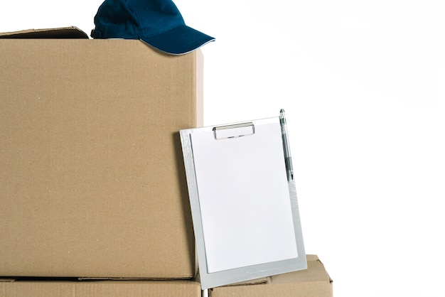 Буфер обмена и курьерская кепка на коробках