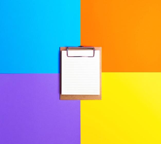 다채로운 표면에 클립 보드 flatlay