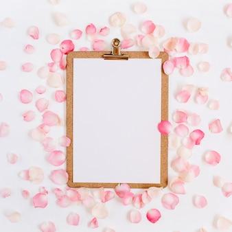 Макет буфера обмена и узор из розовых лепестков