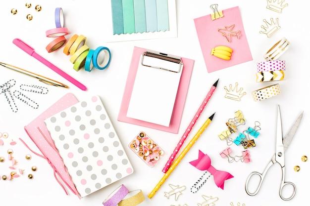 白い背景のクリップボードモックアップ和紙テープノート学校の文房具学校のコンセプトに戻る
