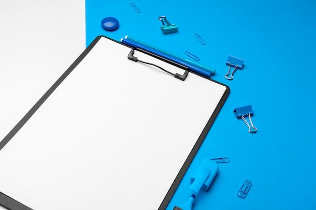 활기찬 이중 톤 파란색과 흰색에 클립 보드