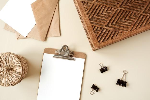 白紙のシートとクリップボードタブレットパッド。アーティストホームオフィスデスクワークスペース。フラットレイ、上面図