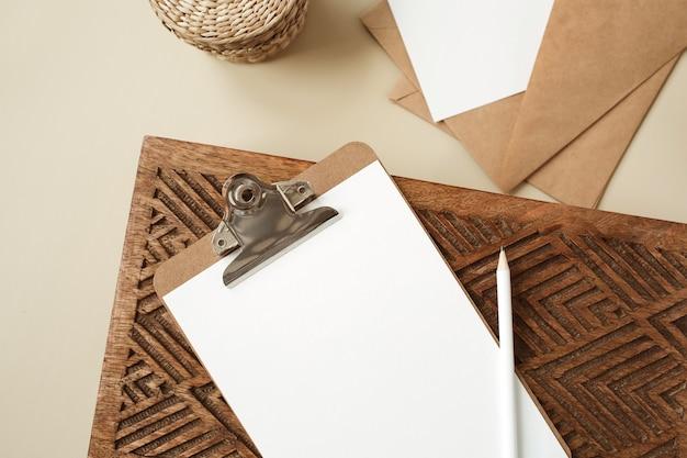 白紙のシートとクリップボードタブレットパッド。アーティストホームオフィスデスクワークスペース