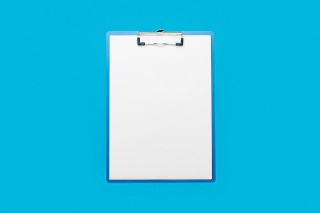 Буфер обмена с пустым листом на синем