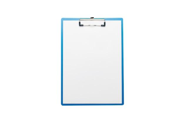 Буфер обмена с пустым листом на изолированном белом