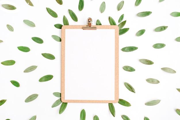흰색 배경에 고립 된 녹색 꽃잎을 가진 클립 보드.