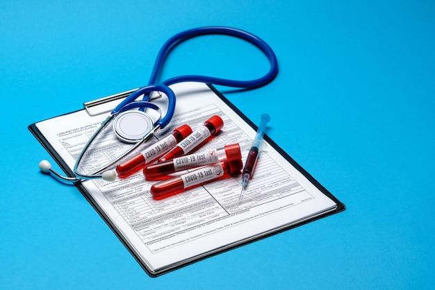 대처 공간와 파란색 배경에 의료 도구와 종이 빈 양식 클립 보드.