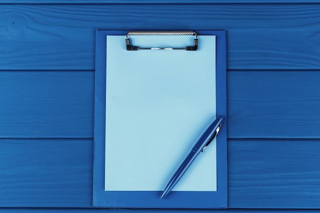 青のペンでクリップボード