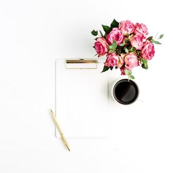 クリップボード、バラの花の花束、コーヒー、ペン