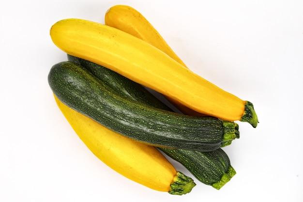 ズッキーニの醜い有機、新鮮な野菜の栄養、ローフード農業、スパゲッティソースプラントのクリッピング。