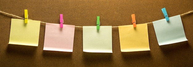 5 개의 다채로운 메모 용지를 걸려 cllothes 라인 사진