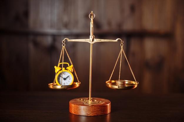 시계와 동전. 시간은 돈 개념입니다.