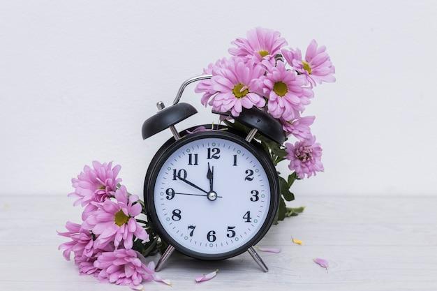 Часы и фиолетовые цветы