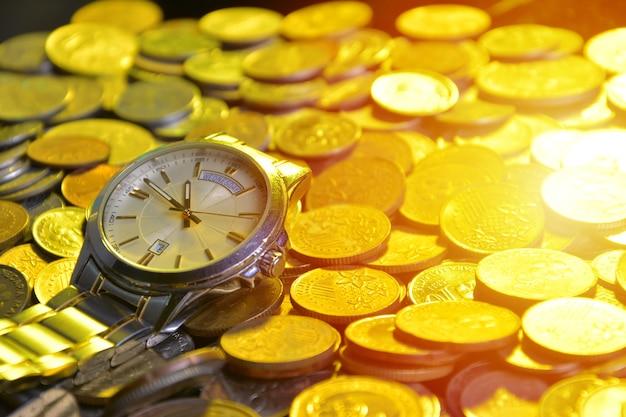 시계와 동전 더미 : 시간 - 돈