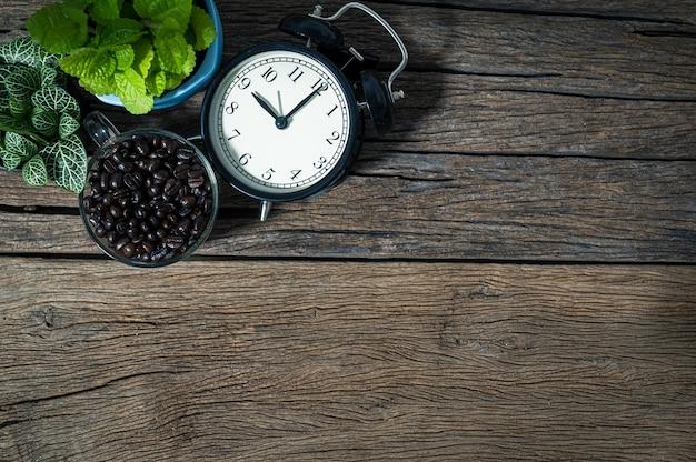 Деревья кофейных зерен часы помещены на вид сверху стола