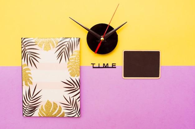時計は黄色の背景に針します。最小限の時間の概念