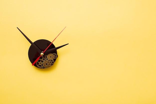 노란색 바탕에 시계 바늘