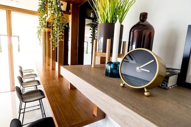 카운터 작업 영역이있는 빈 현대적인 스타일의 열린 공간 사무실에서 시계