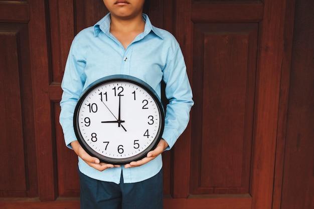手に時計、時間の概念