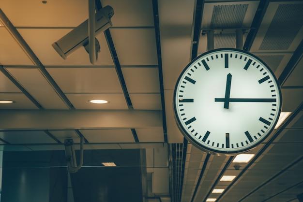 Часы на железнодорожной станции ретро оттенок