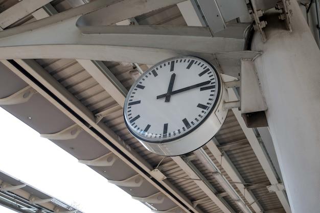 Часы на железнодорожной станции.