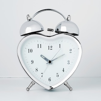 白い壁にハートの形の時計