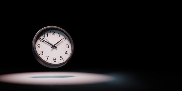Часы в центре внимания изолированные
