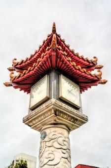 대만 타이페이의 용산 사원에서 전통적인 중국 스타일의 시계