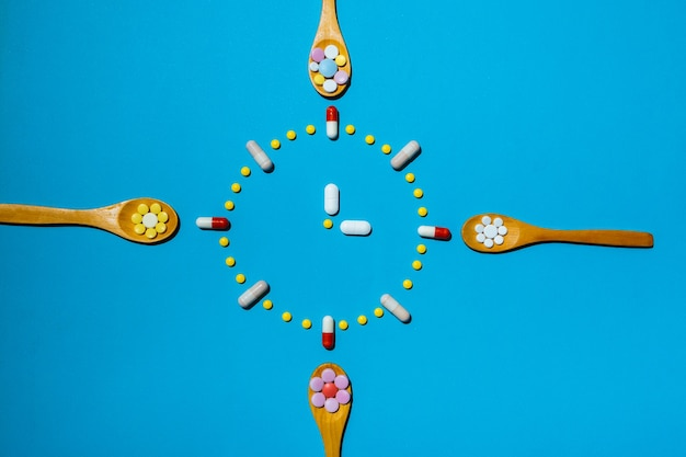 처방에 따라 제 시간에 약을 복용한다는 개념으로 다채로운 알약으로 만든 시계