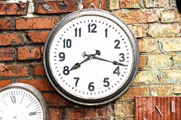 외부 벽돌 벽에 시계