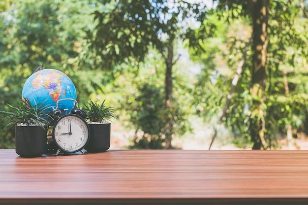 Часы, настольный набор для растений