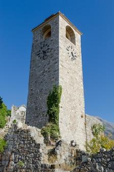 古いバー、モンテネグロの時計塔