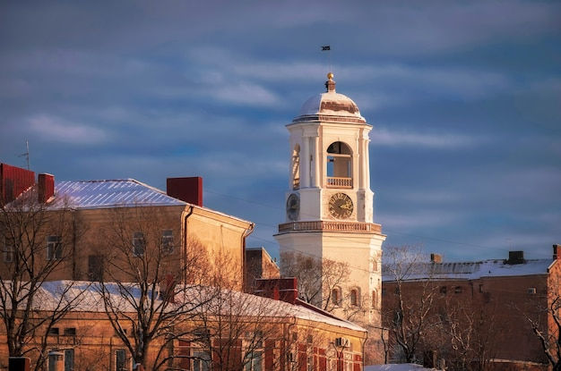 Башня с часами в древнем городе выборг, россия, зимой на закате