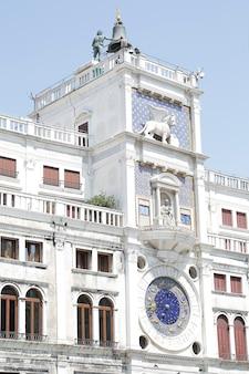 Часовая башня с астрономическими часами (torre dell'orologio), расположенная на площади сан-марко, венеция, италия