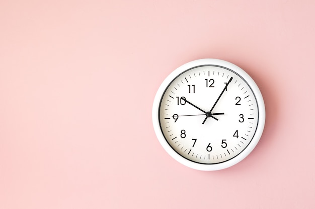 Часы, белые стрелки часов на белом фоне женская рука держит круглые часы с черными стрелками, контроль, время, управление временем, время, приходите, поздно, теряя минуты, секунды