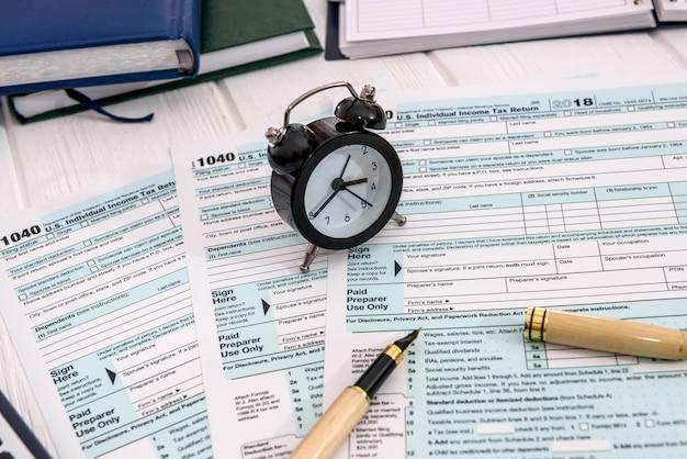 Часы с будильником на налоговой декларации 1040
