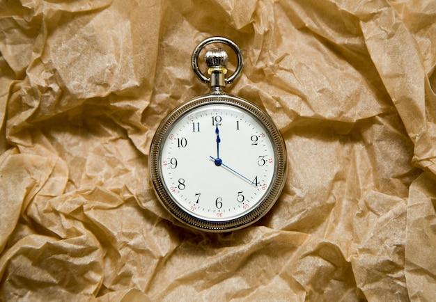 공예 종이에 자정에 화살표가있는 시계