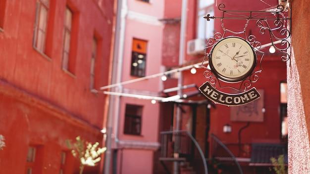 ようこそというラベルの付いた時計。ミンスクの赤い中庭